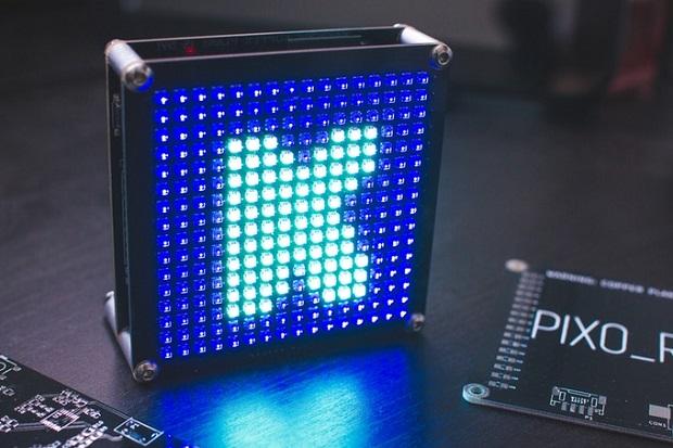 小型のデジタルサイネージ——16×16のRGB LEDディスプレイ「PIXO ...